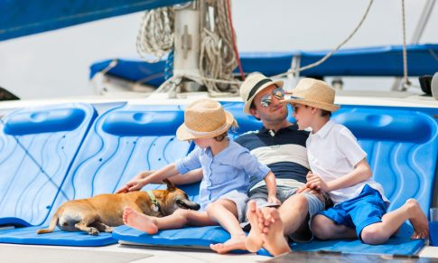 Jadranje s psom – 8 nasvetov, kako psu pomagati, da postane morski pes